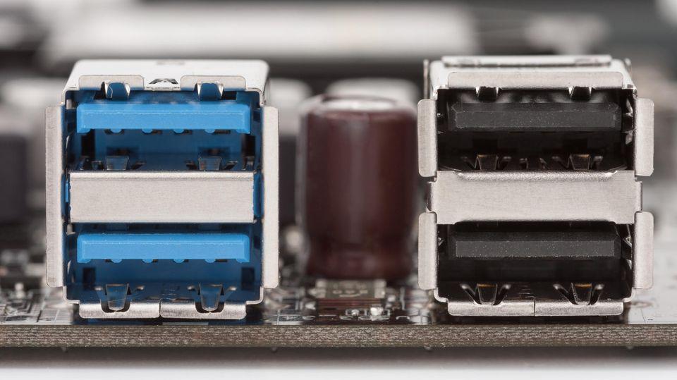 USB-C-Monitor: Rechts sind die schwarzen USB-2.0-Buchsen. Links die blauen USB-3.0-Ports.