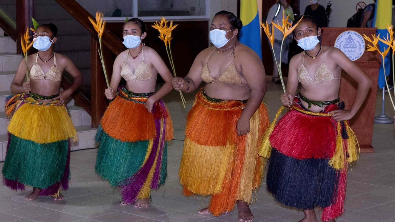 Willkommenstanz für Gäste der Pazifikinsel Palau. Der Ministaat südöstlich der Philippinen hat jetzt seinen ersten Coronafall gemeldet.Infiziert war offenbar ein Reisender, der Anfang Mai auf die Inselgruppe gekommen war, mutmaßlich ein Taiwaner. Palau hatte sich wie andere pazifische Nachbarn zu Beginn der Pandemie rasch isoliert und ihre Grenzen geschlossen - trotz massiver Folgen für die wichtige Tourismusbranche.