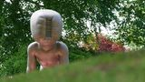 """Büdelsdorf, Schleswig-Holstein. Wer lugt denn da über den grünen Hügel? Was wie ein Außerirdischer aussieht, ist eine Skulptur des tschechischen Künstlers David Cerny auf dem Gelände der ehemaligen Eisengießerei Carlshütte. Dort eröffnet am Samstag die NordArt ihre Pforten, eine der größten jährlichen Ausstellungen zeitgenössischer Kunst in Europa – wegen Corona natürlich mit einem Jahr Verspätung. Cernys """"Alien"""" ist übrigens Teil einer Skulpturen-Installation. Ihr Titel: """"Babies""""."""