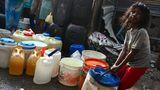 Neu Delhi, Indien. Was hierzulande mit einem Griff an den Wasserhahn erledigt ist, ist in den Armenvierteln der Hauptstadt des 1,3 Milliarden-Einwohner-Staates schwere Arbeit.Ein Mädchen schleppt einen Behälter voller Wasser, das mit Tankwagen angeliefert und mittels Schläuchen in die Kanister und Eimer gefüllt worden war.