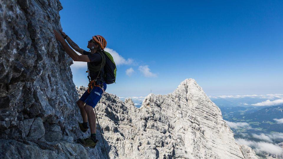 """Die Ostwand des Watzmann ist mit ihren Dimensionen einzigartig in den Ostalpen: 2000 Meter hoch und 1800 Meter breit. Ein vertikales Labyrinth aus Kalkstein, voller Rampen, Rissen, Bändern und Abbrüchen. Hier ein Foto vom Ausstieg aus dem """"Berchtesgadener Weg"""", eine sehr langeKlettertour im 3. Schwierigkeitsgrad."""