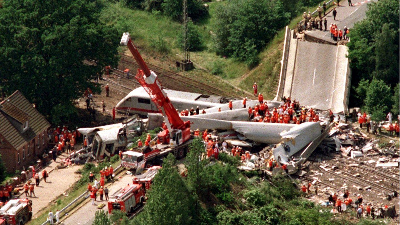 3. Juni 1998: Die Jahrhundertkatastrophe: In Eschede rasen über 100 Menschen in den Tod  Am 3. Juni 1998 entgleiste ein ICE in Niedersachsen, von den 287 Reisenden kamen 101 Menschen ums Leben, 88 wurden schwer verletzt. Ursache war ein durch Materialermüdung gebrochenerRadreifen, der etwa sechs Kilometer vor dem Ort Eschede brach. Der beschädigte Radsatz entgleiste kurz vor elfUhr und stellte eine nachfolgende Weiche um. Das nächstgelegene Gleis konnte den Zug nicht halten, sodass dieser gegen einen Brückenpfeiler schleuderte. Die einstürzende Brücke begrub mehrere Waggons unter sichund die folgenden wurden auf eine Länge von 20 Meter zusammengestaucht.Es handelt sich um den bislang schwersten Eisenbahnunfall in der Geschichte Deutschlands sowie aller Hochgeschwindigkeitszüge weltweit.