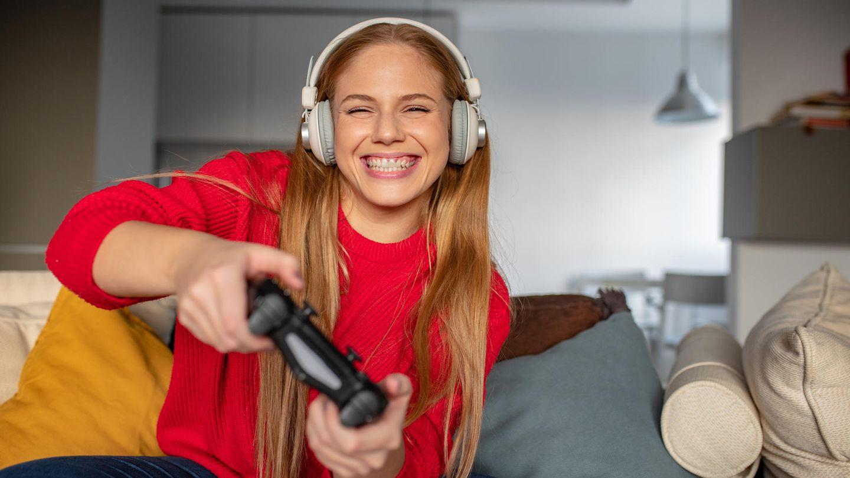Controller für PC: Eine Frau hält einen PC-Controller in der Hand.
