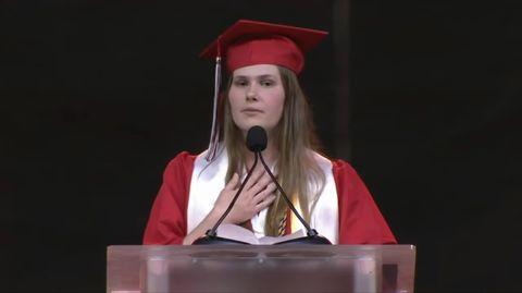 Paxton Smith bei ihrer Abschlussrede an derLake Highlands High School in Dallas, Texas
