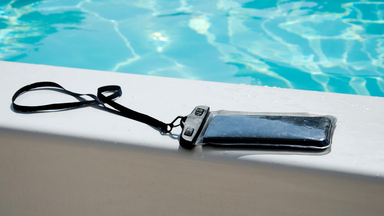 Eine wasserdichte Handyhülle schützt das Smartphone