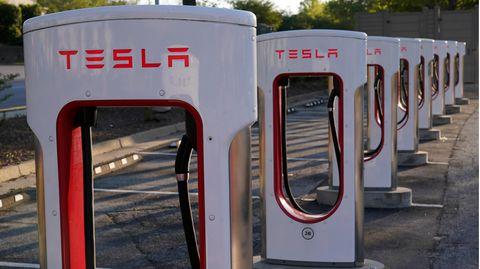 Ladesäulen mit Tesla-Logo.