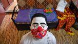 Mumbai, Indien. Ein Freiwilliger wartet darauf, dass die Schminke auf seinem Gesicht trocknet. Als Clowns ziehen ehrenamtliche Sozialarbeiter derzeit durch die Slums der Hauptstadt des Bundesstaats Maharashtra, um für die Abstands- und Hygiene-Regeln zu werben und Bewusstsein für die Gefährlichkeit des Corona-Virus zu schaffen. In Indien haben sich mehr als 28,5 Millionen Menschen infiziert, 340.000 starben an oder mit der Infektion.