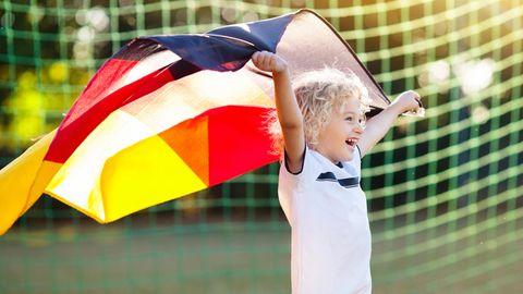 DFB-Trikot 2021: Kleiner Fußballfan mit Fan-Shirt und Deutschlandfahne