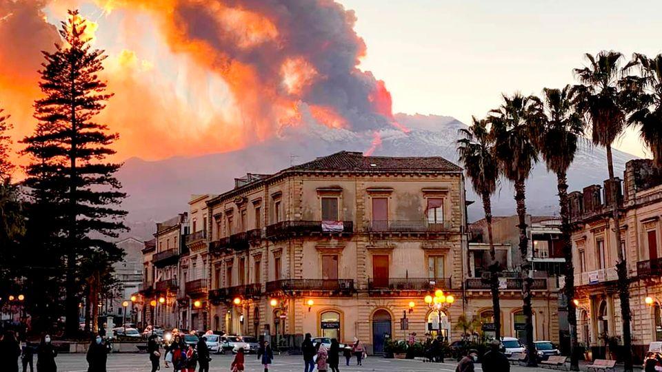 Catania und der Berg:Rauschschwaden und Lava steigen aus dem Vulkan Ätna auf,dem höchsten aktiven Vulkan in Europa.
