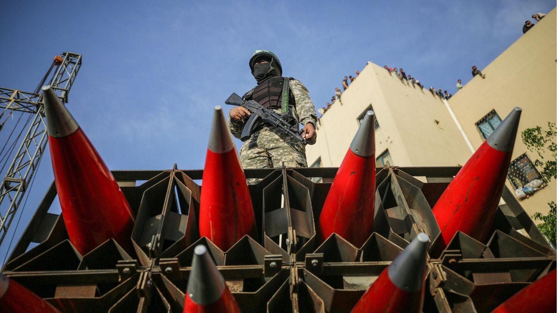 Ein Mitglied der Kassam-Brigaden posiert auf einem Lkw mit Raketen bei einer Parade der Terrorgruppe im Gazastreifen