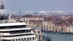 Kreuzfahrtriesen bis zum Horizont: Schiffe von Costa und Aida Cruises haben im Hafen von Venedig festgemacht.