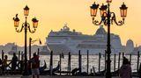 """Die """"MSC Lirica"""" im September 2019 am Markusplatz.Die Regierung in Rom hatte Ende März 2021 grünes Licht für Pläne gegeben, um besonders die großen Schiffe aus der Altstadt zu verbannen."""