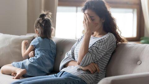 Mutter und Tochter sitzen auch einer Couch und streiten sich