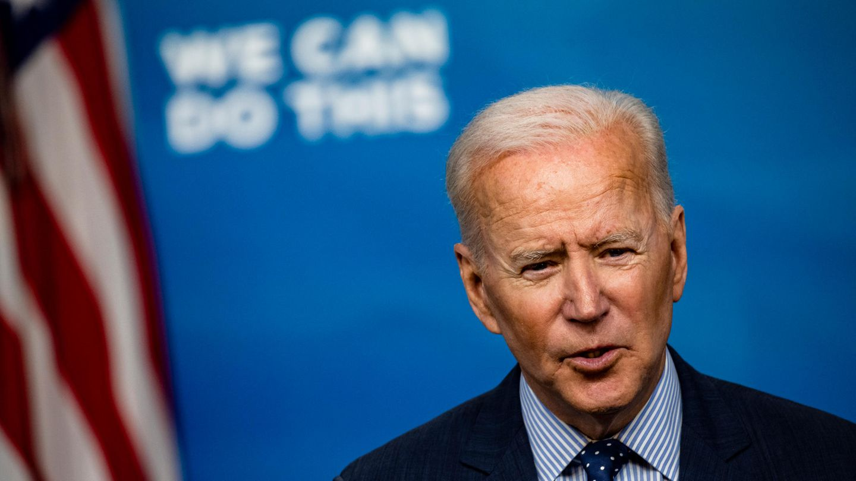 Joe Biden spricht vor einer amerikanischen Flagge