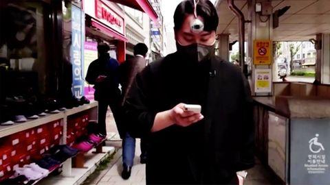 """Südkorea: Designer entwickelt drittes Auge für """"Smartphone-Zombies"""""""