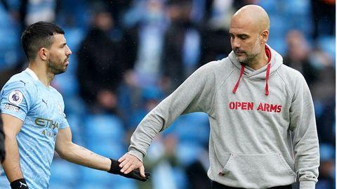 Letzter Handschlag: Pep Guardiolawechselt Agüero am letzten Spieltag der Premier League ein