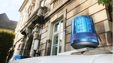In Essen hat die Polizei drei Kinder aus einer verwahrlosten Wohnung befreit.