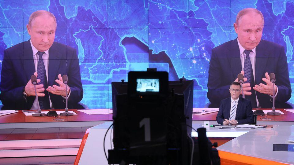 Live-Übertragung der 16. Jahresabschluss-Pressekonferenz des russischen Präsidenten Wladimir Putin in einem Studio des Fernsehsenders RT (Russian Today)