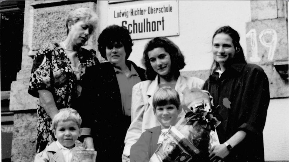 Ich,am Tag meiner Einschulung, 1990 (vorne rechts): Hinter mir stehen meine Mutter, Werkstofftechnikerin (rechts), meine Tante, Elektroinstallateurin(2.v.r.), meine Oma Uschi, gelernte Ingenieurin (2.v.l) und meine Oma Ingrid, Lehrerin (links).