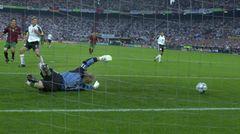 Oliver Kahn versucht vergeblich an einen Ball zu kommen, das 0:3 gegen Portugal folgt