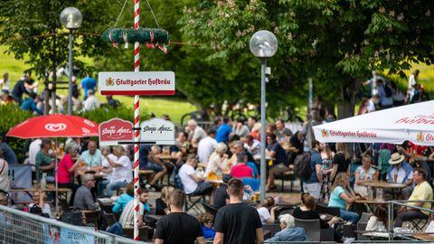 Coronazahlen RKI: Gäste genießen in einem Biergarten im Schlossgarten das schöne Wetter