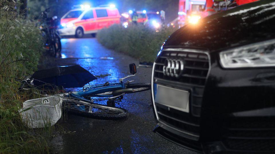 Düsseldorf Blitzeinschlag: Ein beschädigtes Fahrrad liegt neben einem Auto auf dem Boden