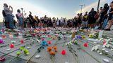 Minneapolis, USA. Menschen versammeln sich auf dem Parkdeck, auf dem Winston Smith von einer Task Force der U.S. Marshals am Freitag erschossen wurde. Vor einem Jahr wurde in derselben Stadt der Afroamerikaner George Floyd von von einem Polizisten getötet. Der weiße Polizist Derek Chauvin hatte dem wegen Falschgeldvorwürfen festgenommenem Floyd neuneinhalb Minuten lang das Knie in den Nacken gedrückt, obwohl der 46-Jährige wiederholt klagte, er bekomme keine Luft mehr.