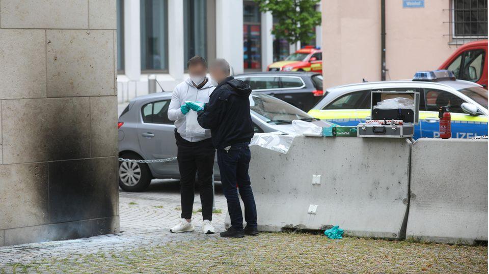 Baden-Württemberg, Ulm: Ermittler der Polizei sammeln Beweise an der Synagoge