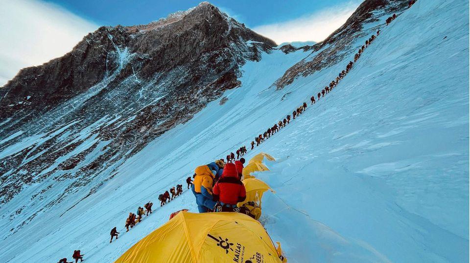 Bild 1 von 10der Fotostrecke zum Klicken: Eine endlose Karawane von Alpinisten macht sich auf dem Weg zum 8848 Meter hohen Mount Everest
