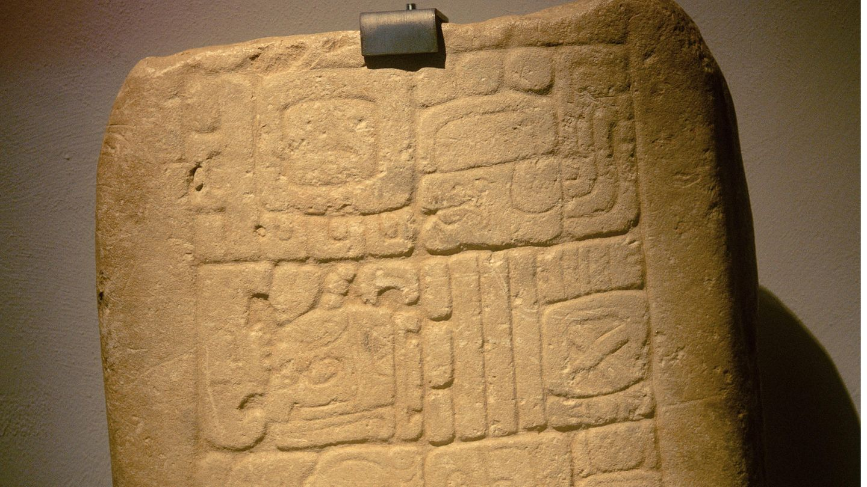 Auch für die Maya hatte das Jahr 365 Tage und doch fehlten dem Volk aus dem heutigen Mittelamerika die Schalttage. Die Mondzyklen spielten anscheinend keine wichtige Rolle, weswegen bis heute unklar ist, woran sich ihr berühmter Kalender eigentlich genau orientierte. Sicher ist nur: Sie schufen einen ungeheuer komplexen, ineinander verschachtelten Mechanismus von Zyklen. Rechnet man diese zurück dann war der allererste Tag des Maya-Kalenders (nach unserer Zeitrechnung natürlich) der 5. Juni 8498 v. Chr. – er feiert also seinen 10.518sten Geburtstag. Zu der Zeit wurde in Europa übrigens das Schaf domestiziert und im Nahen Osten Jericho gegründet.  Das Bild zeigt übrigens das Fragment einer Maya-Kalenderangabe aus der Zeit zwischen 600 bis 900 n. Chr