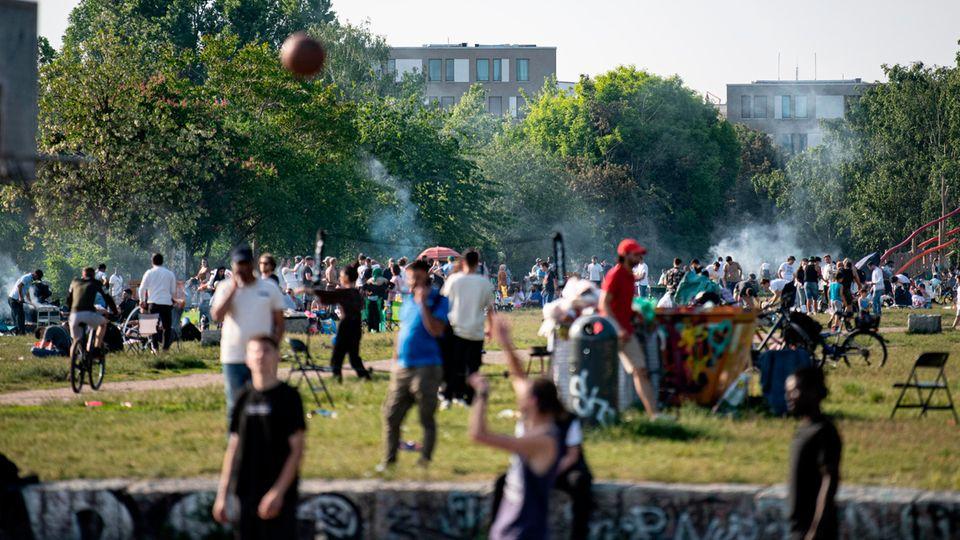 RKI Corona-Zahlen: Menschen im Berliner Mauerpark
