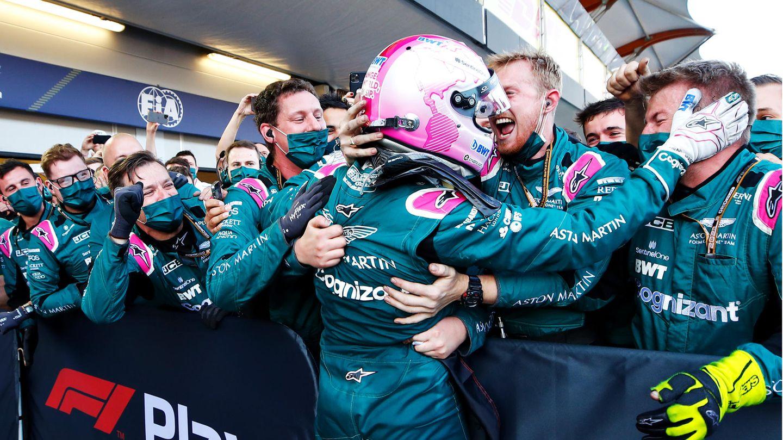 Große Freude imAston Martin F1 Team: Beim Stadtkurs in Baku erreicht Sebastian Vettel den zweiten Platz.