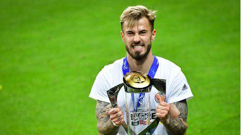 U21-Nationalspieler Niklas Dorsch mit EM-Pokal