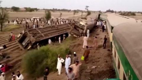 Spektakulärer Unfall: Auto stürzt 25 Meter tief - Fahrer bleibt unverletzt