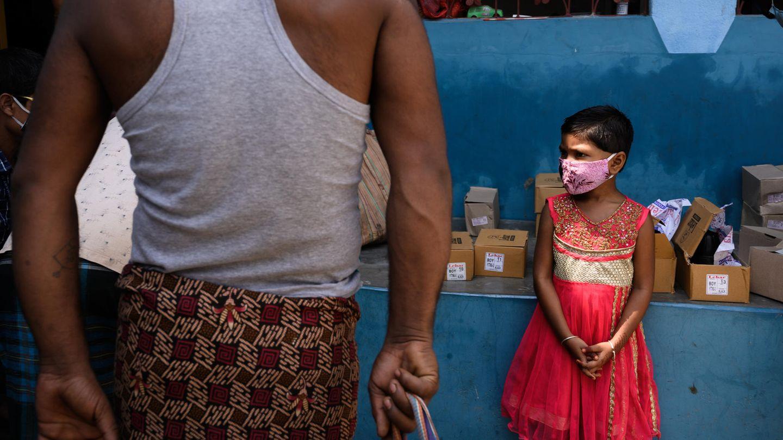 Ein indisches Kind steht allein auf einem Markt