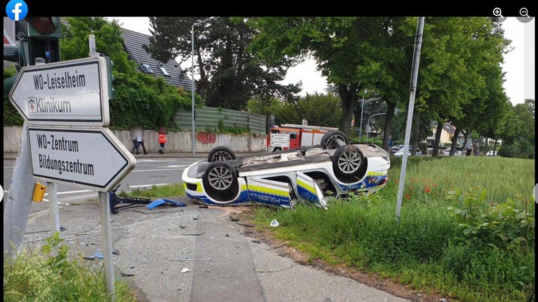 Verkehrsunfall in Worms: Polizeiauto liegt auf dem Dach