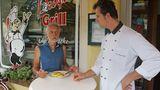 Das Leben nimmt manchmal schon eigenartige Wendungen. Früher war Raimund Ostendorp Koch im Drei-Sterne-Restaurant. Seit Jahren führt er seine Imbissbude, die wohl beste Deutschlands. Ohne Schnickschnack. Pommes kosten 1,70, die Currywurst 2,40 Euro. Die Leute kommen vor allem wegen der Wurst – immer frisch vom Metzger. Bei Ostendorp gibt es aber auch Burger, Schnitzel und Salate.  www.profi-grill.de