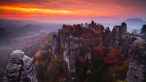 Ja, das ist ein Klassiker, aber trotzdem gut. Das Elbsandsteingebirge der Sächsischen Schweiz ist wirklich eindrucksvoll. Hier türmen sich auf engem Raum entlang der Elbe die Felsen zu eigenwilligen Gebilden. Entstanden ist das Elbesandsteingebirge durch Sandsteinerosionen in der Kreidezeit. Wandern durch die Felsformationen machthier besonders viel Spaß. Elbaufwärts ziehen sich von Bad Schandau liebeswerte Dörfer, Schlösser und viele Freizeitangebote.
