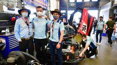 Der amerikanische Milliardär, Regisseur, Drehbuchautor und Produzent James Glickenhaus hat in Italien seine eigene Scuderia aufgebaut und ist mit selbst konstruierten Autos seit 2011 beim 24 Stunden Rennen auf dem Nürburgring dabei. In der Mitte steht sein Rennfahrer Thomas Mutsch aus Bitburg, der Experte für den Nürburgring und rechts sein Sohn Jesse Cameron Glickenhaus.