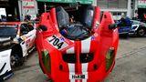 Vor der Box 10 in der Pit Lane geschehen letzte Vorbereitungen am SCG 004cvon Glickenhaus Racing. Er startet in der KlasseSP-X.