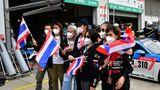 Teamfans der Toyota Mannschaft aus Thailand vor der Box.