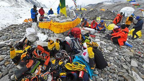 Eine Bergsteiger-Gruppe rastet auf ihrem Weg zum Gipfel