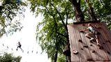 Im Waldhochseilgarten Jungfernheide in Berlin können Kinder ihre Kletterkünste trainieren