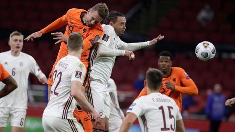 Lettland im Spiel gegen die Niederlande:Luuk de Jong (2.v.l)aus erzielt mit einem Kopfball das Tor zum 20-Sieg