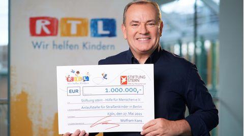 RTL-ModeratorWolfram Kons mit einem Scheck über eine Million Euro für Straßenkinder in Berlin an die Stiftung stern