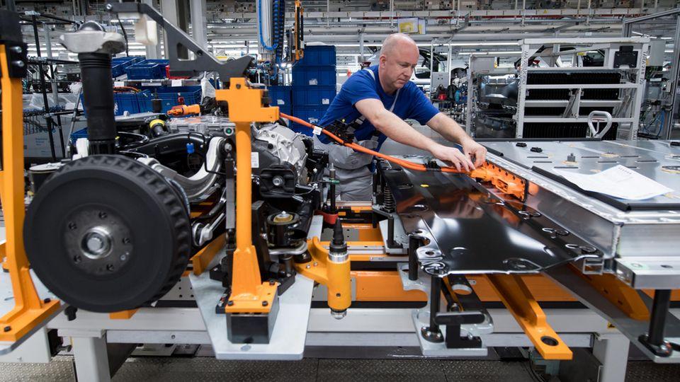 Ein Mitarbeiter von Volkswagen Sachsen in Zwickau verkabelt einen Elektroauto-Akku.