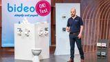 """Der Klopapier-Bestseller  Hygiene-Artikel haben in der Corona-Pandemie einen ganz neuen Stellenwert erreicht. Das zeigt sich auch in der """"Höhle der Löwen"""", wo der Toilettenpapierhalter Bideo abräumen konnte. Bideo verwandelt herkömmliches Toilettenpapier in feuchtes. Das wollten viele Menschen gerne mal ausprobieren, auch wenn die Umsetzung suboptimal ist. Laut Investor Ralf Dümmel hat Bideo bereits einen Handelsumsatz von mehr als zwei Millionen Euro erzielt."""