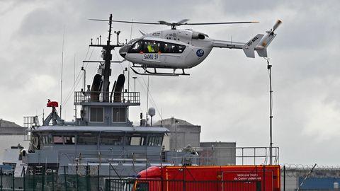 27. Oktober 2020: Ein französischer Rettungshubschrauber landet in der Nähe eines Rettungsschiffes in Dünkirchen. Bei der Überfahrt von Frankreich in Richtung Großbritannien sind mehrere Menschen ums Leben gekommen. Das Boot der Migranten sei gekentert, teilte die Nichtregierungsorganisation Channel Rescue mit.
