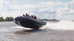 Ein Schlauchboot rast mit Höchstgeschwindigkeit über die Elbe