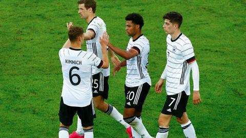 DFB-Spieler klatschen sich ab